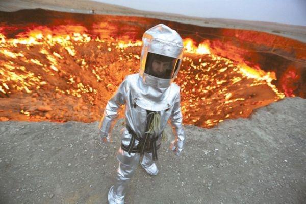 """Các nhà khoa học đã cho châm lửa để đốt khí độc, lấp đất... tuy nhiên, nhiều giải pháp vẫn không thành. Cho đến ngày hôm nay """"cổng địa ngục"""" vẫn đỏ rực và không ngững bốc cháy."""