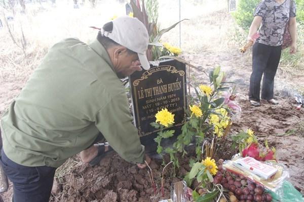 Gia đình chị Huyền tiến hành lễ cầu siêu, cắm bia mộ