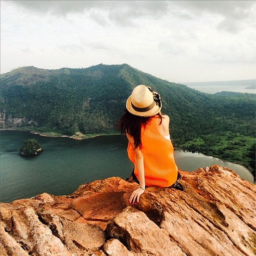 Dara khoe hình ngồi trên đỉnh núi giữa thiên nhiên hùng vĩ