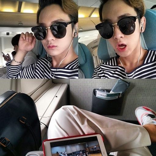 Key khoe hình thư giãn đang trên máy bay