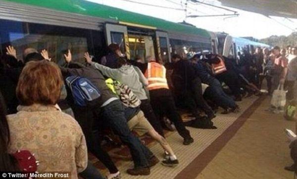 Hàng trăm người nghiêng tàu điện ngầm giải cứu người bị mắc kẹt