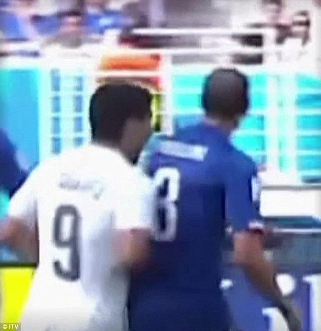 Hành vi này khiến Suarez bị FIFA treo giò 4 tháng và 5 trận