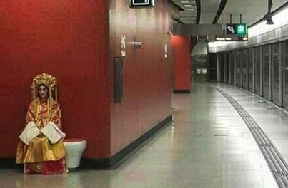 """Cô dâu ma bất ngờ xuất hiện doạ khách đi tàu điện ngầm trong tháng """"cô hồn"""""""