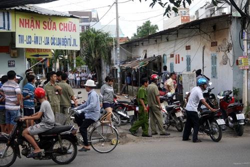 Lực lượng địa phương chốt chặn quanh khu nhà trọ. Ảnh: An Nhơn.