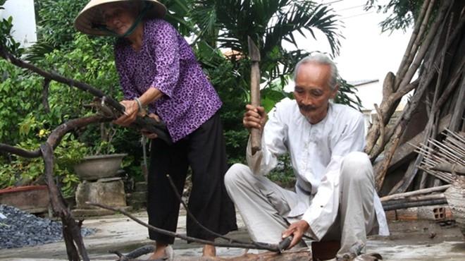 Cụ ông hiếu thảo với mẹ già 113 tuổi