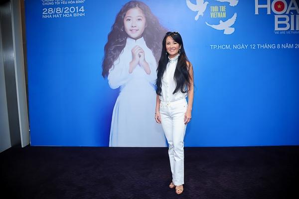 Hồng Nhung diện trang phục trắng rất trẻ trung và khỏe khoắn