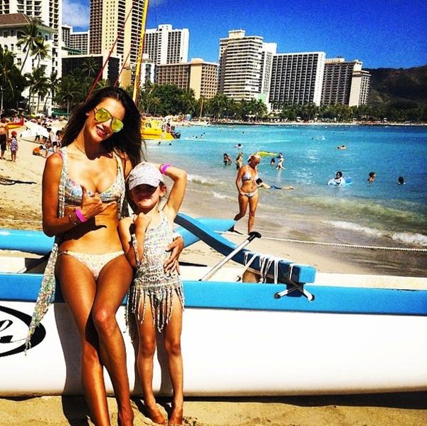 Alessandra Ambrosio đi biển cùng con gái