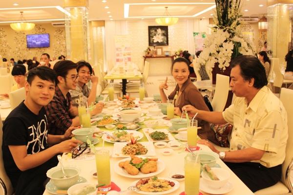 Hồ Quỳnh Hương đi ăn chay cùng học trò - Tin sao Viet - Tin tuc sao Viet - Scandal sao Viet - Tin tuc cua Sao - Tin cua Sao
