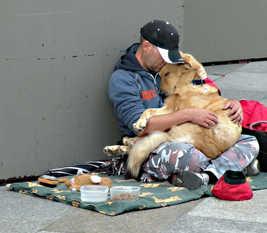 Nhiều lúc chẳng có đủ thức ăn, người vô gia cư chọn cách nhịn đói để nhường thức ăn cho cún cưng của mình