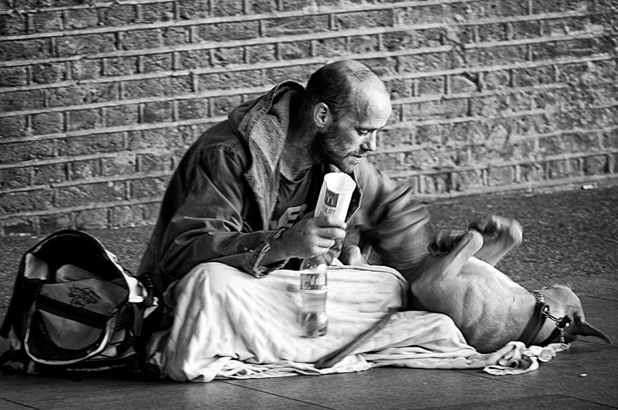 Khoảnh khắc chơi đùa, vuốt ve cún cưng chính là niềm vui nho nhỏ đối với người vô gia cư, họ dường như quên đi những tháng ngày đau khổ, tẻ nhạt