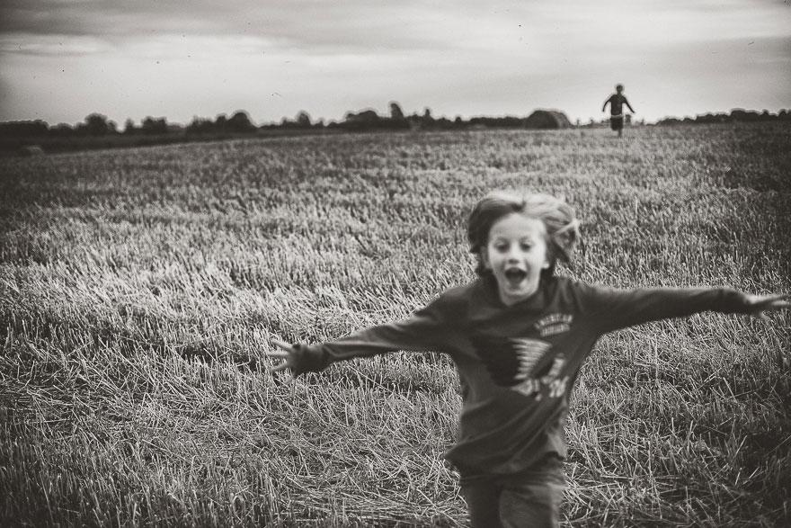 Bồi hồi nhớ lại tuổi thơ với bộ ảnh trẻ em ở nông trại
