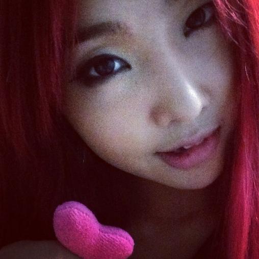 Minzy dễ thương với hình tự sướng khoe mái tóc hồng