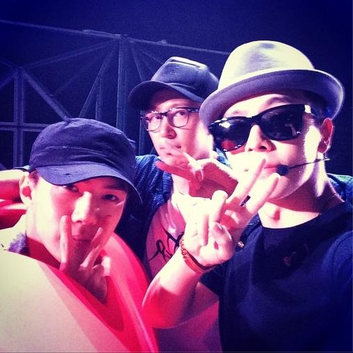 Donghae chúc các fan ngủ ngon bằng hình chụp cùng Sehun