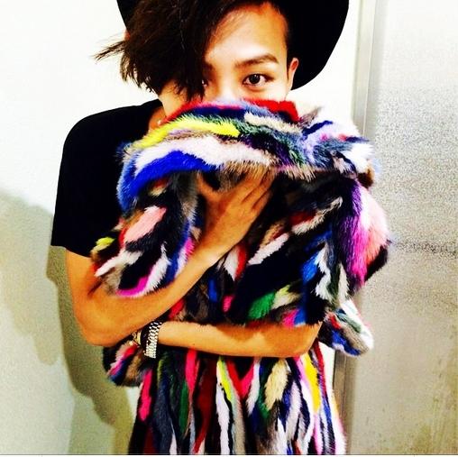 G-Dragon khoe hình chiếc khăn lông sặc sỡ