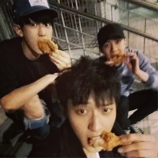 Tao khoe hình ăn gà rán cùng Chanyeol và Sehun