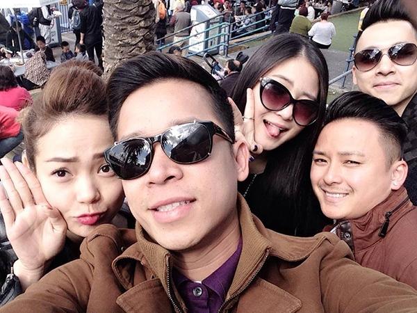 """Nhân chuyến lưu diễn dài ngày cùng nhau, trưởng nhóm Lê Hoàng đã rủ mọi người cùng chụp hình """"tự sướng"""" để lưu lại kỷ niệm. - Tin sao Viet - Tin tuc sao Viet - Scandal sao Viet - Tin tuc cua Sao - Tin cua Sao"""