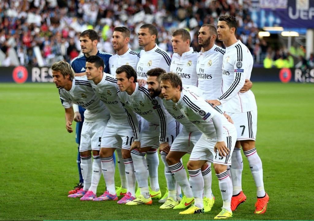 Ronaldo kiễng chân để trông cao hơn