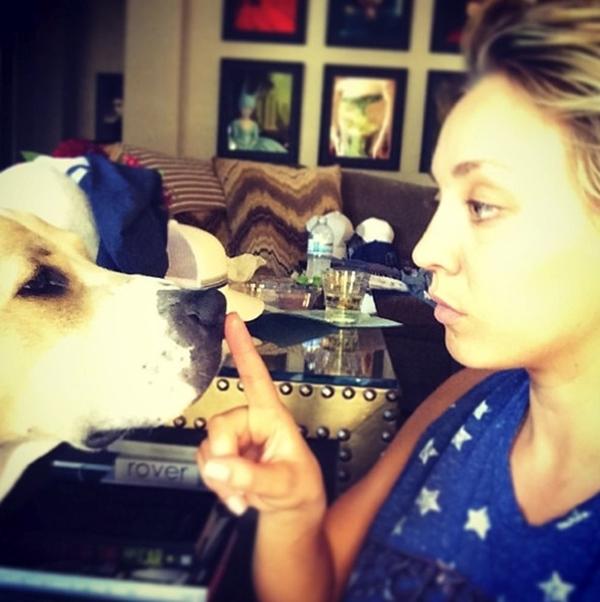 Bực mình vì sự quấy phá ồn ào của chú chó cưng, Kaley Cuoco đã tìm mọi cách để khiến cho nó trở nên im lặng.