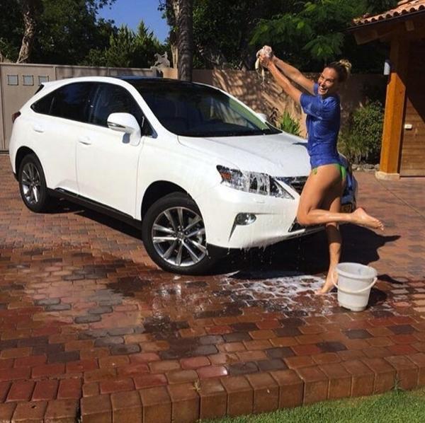 """Bar Refaeli dành khá nhiều thời gian để chăm sóc phương tiện đi lại của mình. Tuy đang rửa xe nhưng cô vẫn rất """"nóng bỏng"""" dù là trong bộ trang phục ở nhà."""