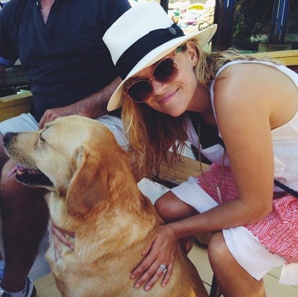 """Giống như mọi người phụ nữ trên thế giới này, Reese Witherspoon tỏ ra khá hạnh phúc khi kết thân được với một """"người bạn"""" trung thành."""