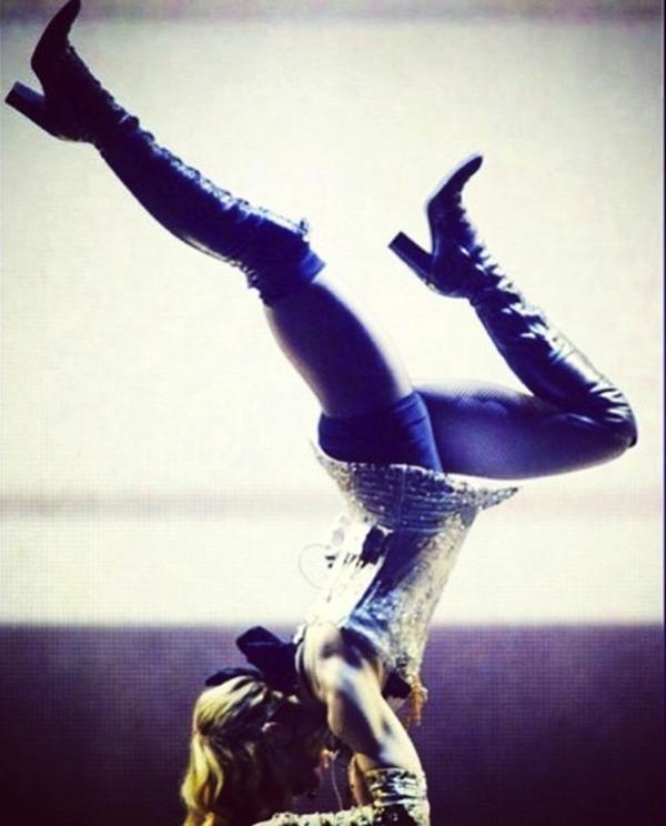 Madonna khiến cho khán giả phải kinh ngạc khi thể hiện khả năng giữ thăng bằng ngay trên sân khấu.