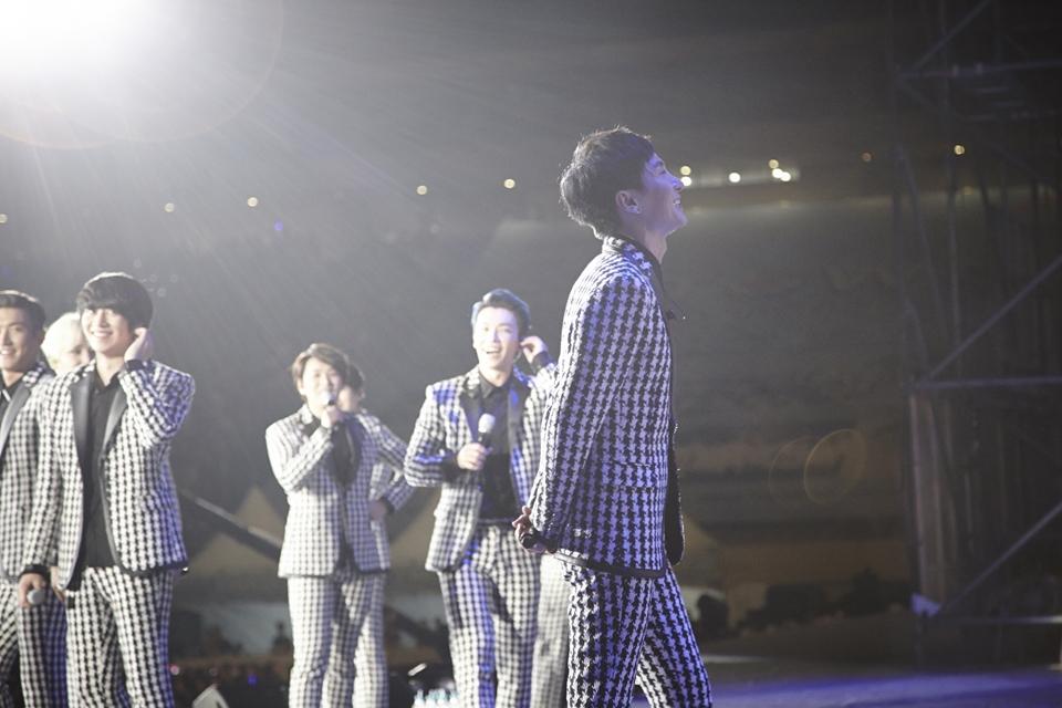 Leeteuk lần đầu tiên xuất hiện cùng Super Junior trên sân khấu sau 2 năm nhập ngũ trong chương trình SM Town hôm qua 15/8