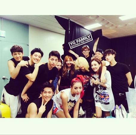 Dara khoe hình cùng Team B trong hậu trường concert YG Family