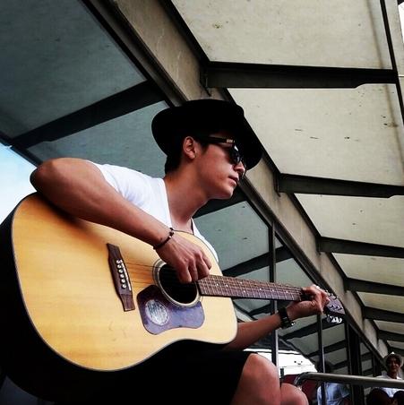 Donghae khoe hình chơi đàn guitar cực lãng tử