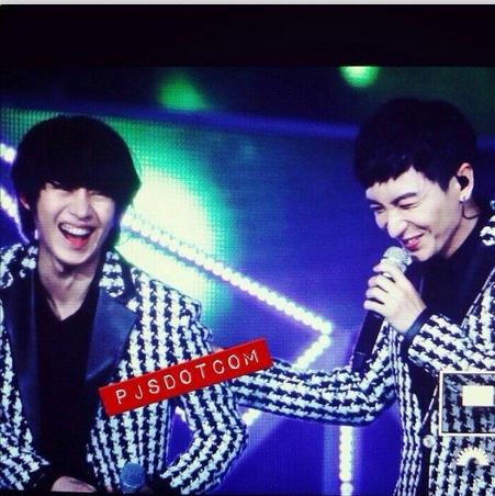Heechul khoe hình cười tha ga bên cạnh Leeteuk trong chương trình SM Town