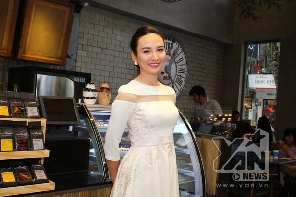 Hoa hậu Ngọc Diễm được tin tưởng giao cho vai trò mới là MC dẫn dắt buổi họp báo ra mắt của thương hiệu này. - Tin sao Viet - Tin tuc sao Viet - Scandal sao Viet - Tin tuc cua Sao - Tin cua Sao