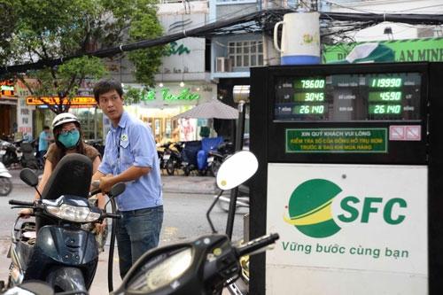 Giá xăng giảm 600 đồng/lít