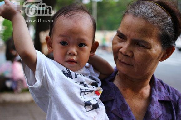 Bố mẹ bỏ rơi, bé 2 tuổi cùng ngoại mưu sinh vỉa hè
