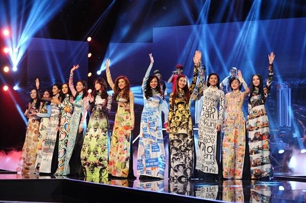 Cùng sự hỗ trợ của dàn người đẹp trong trang phục áo dài tạo ấn tượng mạnh cho khán giả.
