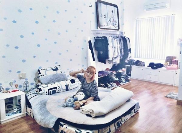 Sau sự ra đi của người bà, Chi Pu đã bình tâm lại và quay về Sài Gòn để tiếp tục công việc. Cô nàng khoe trên trang cá nhân phòng ngủ của mình được cô sắp xếp đồ đạc một cách gọn gàng, ngăn nắp.