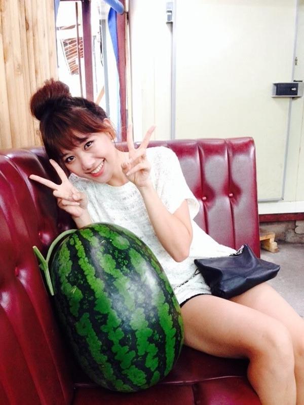 Hari Won hào hứng chụp hình bên quả hưa dấu khổng lồ.