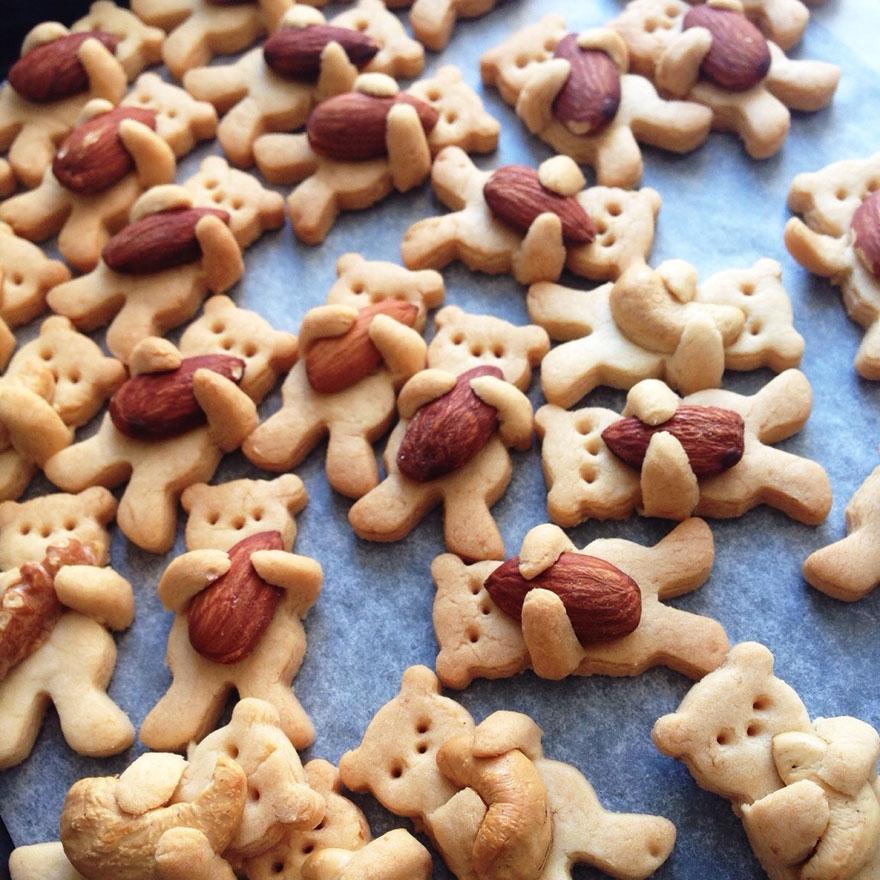 Thích thú với bánh gấu con ôm hạt dẻ