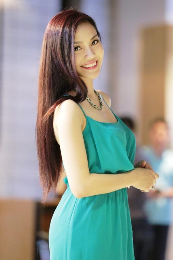 Chiếc đầm xanh tôn làm lên nước da trắng ngần, bên cạnh đó vóc dáng thon gọn cùng với nụ cười rạng rỡ của Ngọc Anh đã thu hút ánh nhìn của tất cả mọi người - Tin sao Viet - Tin tuc sao Viet - Scandal sao Viet - Tin tuc cua Sao - Tin cua Sao