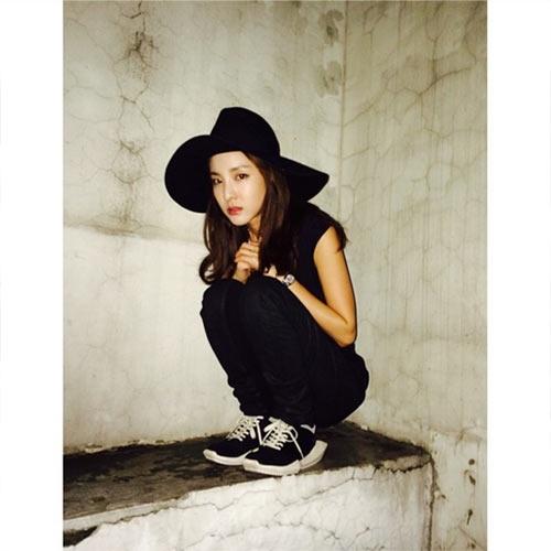 Dara trầm tưngồi một góc cùng gương mặt u buồn