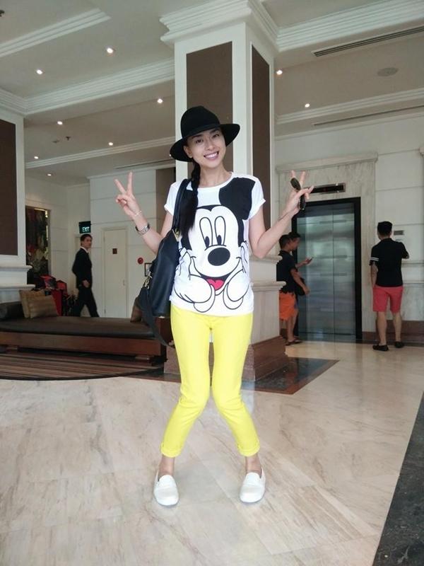 Ngô Thanh Vân trẻ trung, năng động và cực kì xì tin khi diện chiếc áo in hình chú chuột Mickey dễ thương.