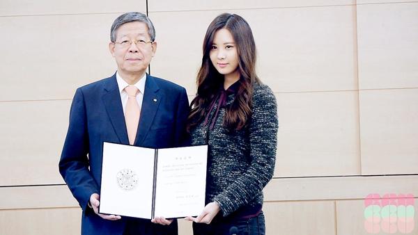 Seohyun đã quyên góp 100 triệu won cho quỹ học bổng của trường Dongguk vào năm 2013