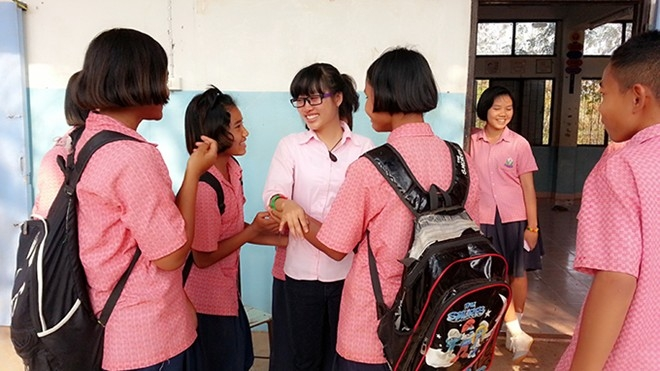 Cô giáo, đừng về Việt Nam! Teacher, don't go Vietnam!