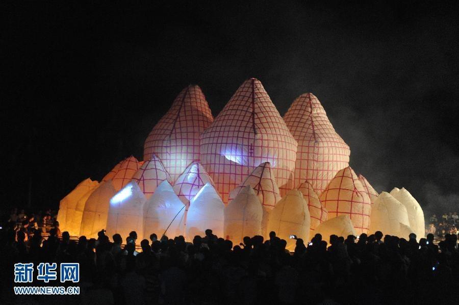 Người dân gởi đèn lồng khổng lồ tự chế đến bầu trời