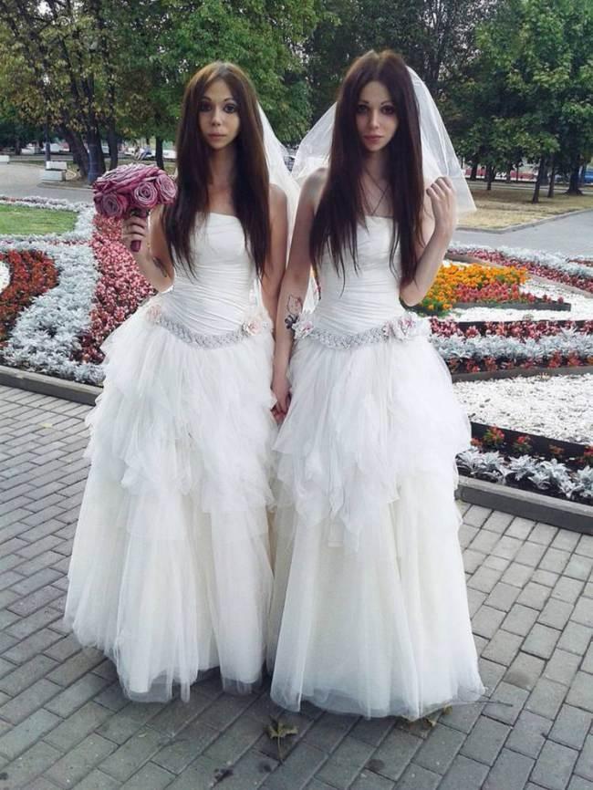 Lạ lùng cặp đôi cùng diện váy cô dâu trong ngày cưới giống hệt chị em song sinh