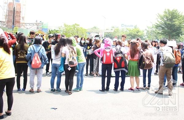 """Các bạn fan """"đội nắng"""" đứng chờ Lee Jong Suk hơn 1 tiếng đồng hồ"""