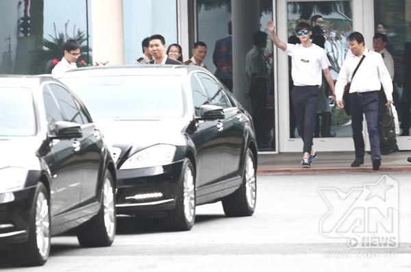 Lee Jong Suk thân thiện đáp lại tình cảm fans Việt tại sân bay