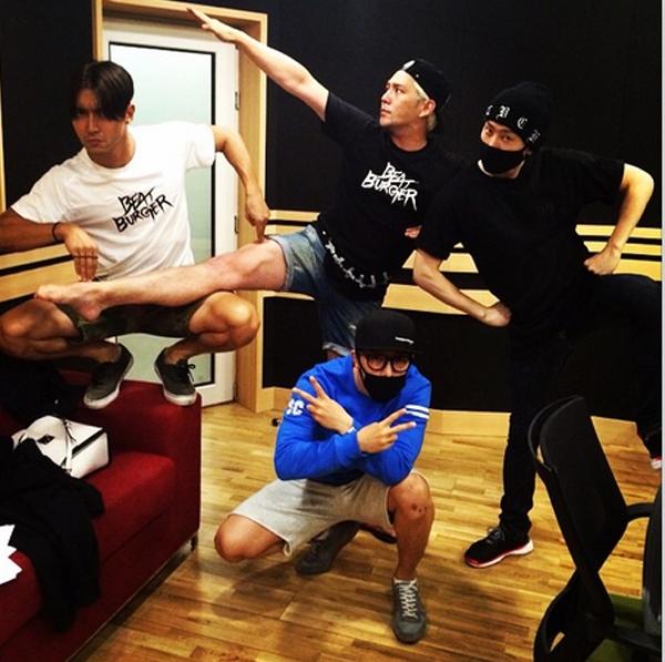 Donghae khoe hình nhắng nhít cùng Super Junior (Siwon, Eunhyuk, Kang In)trong phòng thu để chuẩn bị trở lại sân khấu vào tháng 9 tới đây