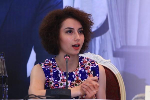 Nữ phiên dịch lai Việt - Pháp trong họp báo Richard Clayderman gây sốt vì quá xinh đẹp
