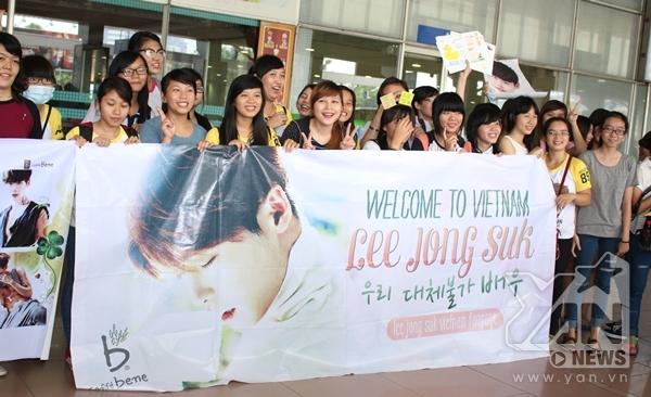"""Fan Việt """"hoang mang"""" đi đón mỹ nam Lee Jong Suk"""
