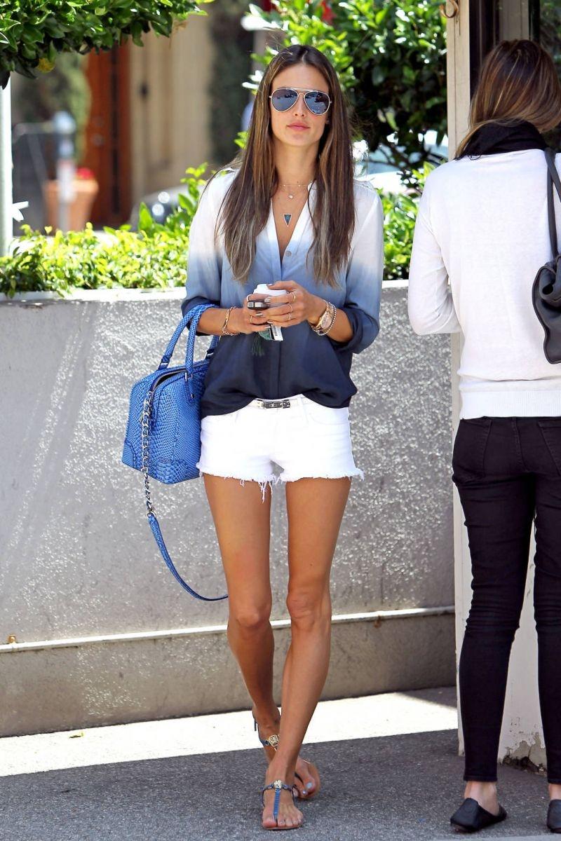 Xuống phố thu cùng jean trắng