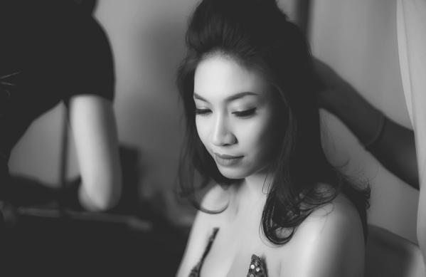 Để hoàn thành cho MV, Pha Lê đã phải huy động hơn 50 diễn viên phụ để quay cảnh trong đêm dạ vũ và đồng thời cả ekip đều phải thức trắng đêm để hoàn thiện cảnh quay đặc biệt này.